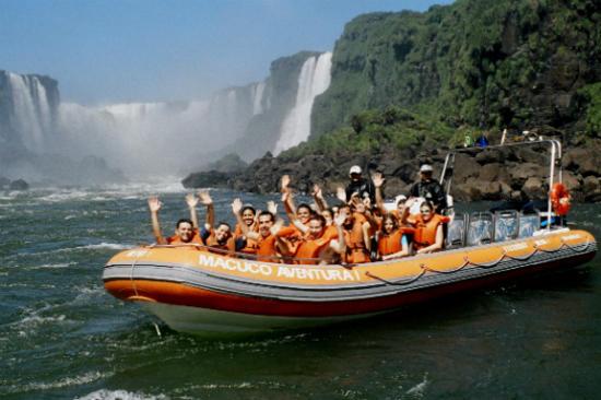 乘坐橡皮艇穿梭瀑布邊緣