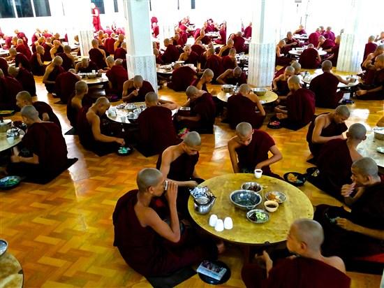 僧侶用膳情景