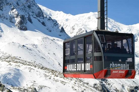 乘全景纜車俯瞰白朗峰地區